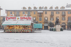 Blocchi con i dolci e le caramelle sulla piazza in alba Fotografia Stock Libera da Diritti