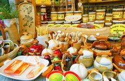 Blocchi con i prodotti del miele e della ceramica al mercato di Natale di Riga Immagini Stock