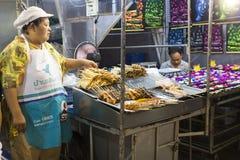 Blocchi con l'alimento della via nel mercato di notte di Hua Hin, Tailandia Fotografia Stock