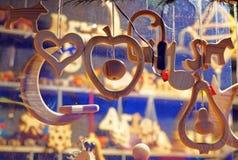 Blocchi con le decorazioni di legno semplici ed alla moda dell'albero di Natale Fotografia Stock