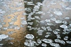 Blocchi di ghiaccio in fiume immagini stock