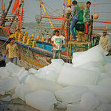 Blocchi di ghiaccio per il carico sopra ad un peschereccio indiano Fotografia Stock Libera da Diritti
