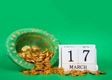 Blocchi di legno con data il 17 marzo con oro che versa dal cappello, giorno del ` s di St Patrick Fotografie Stock Libere da Diritti