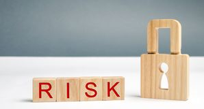 Blocchi di legno con il rischio e la serratura di parola Sistema di sicurezza imperfetto Ad alto rischio di incisione e del furto fotografie stock libere da diritti