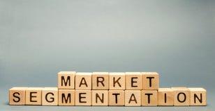 Blocchi di legno con la segmentazione del mercato di parola Destinatari, concetto di cura del cliente Gruppo del mercato di compr immagine stock libera da diritti