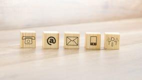 Blocchi di legno con le illustrazioni assortite del contatto Immagini Stock