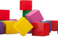 Blocchi di legno, pila di cubi variopinti, il giocattolo dei bambini isolato Immagine Stock