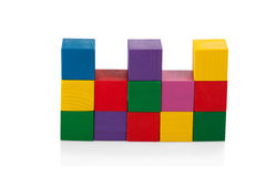 Blocchi di legno, piramide dei cubi variopinti, il giocattolo dei bambini isolato Immagine Stock Libera da Diritti