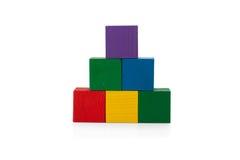 Blocchi di legno, piramide dei cubi variopinti, il giocattolo dei bambini isolato Fotografie Stock Libere da Diritti