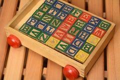 Blocchi di parole di legno del gioco di bambini in carretto Fotografia Stock