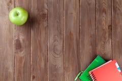 Blocchi note e mela sulla tavola Fotografia Stock Libera da Diritti