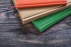 Blocchi note sul concetto d'annata dell'ufficio del bordo di legno Immagini Stock