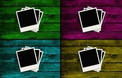 Blocchi per grafici del Polaroid sopra le pareti di legno variopinte Fotografia Stock Libera da Diritti