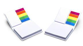 Blocco appunti in bianco con differenti autoadesivi colorati Fotografia Stock Libera da Diritti