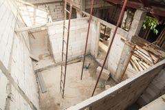 Blocco in calcestruzzo per una nuova costruzione su un cantiere Fotografia Stock