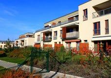 Blocco di appartamenti moderni con i giardini Fotografia Stock