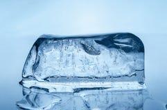 Blocco di ghiaccio di fusione fotografia stock libera da diritti