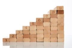 Blocco di legno che impila come scala di punto fotografia stock
