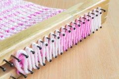 Blocco di legno per tricottare le sciarpe Fotografia Stock Libera da Diritti