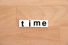 Blocco di parole di tempo su fondo di legno Fotografie Stock Libere da Diritti