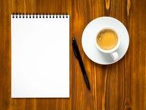 Blocco note aperto con la pagina in bianco per la redazione idea o della lista di da fare fotografia stock libera da diritti
