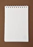 Blocco note in bianco con diretto a spirale Fotografie Stock Libere da Diritti