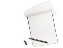 Blocco note in bianco con la penna isolata su bianco Immagine Stock