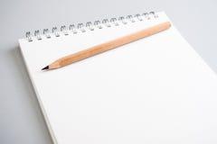 Blocco note in bianco con pencile Fotografia Stock Libera da Diritti
