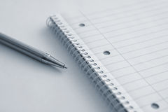 Blocco note in bianco con una penna Fotografia Stock Libera da Diritti