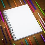 Blocco note in bianco e matita variopinta Immagine Stock