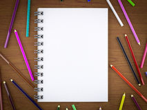 Blocco note in bianco e matita variopinta Fotografia Stock Libera da Diritti
