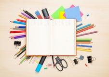 Blocco note in bianco sopra la scuola e gli articoli per ufficio fotografia stock libera da diritti