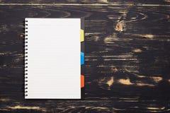 Blocco note bianco sulla tavola di legno scura Fotografia Stock Libera da Diritti