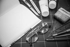 Blocco note con gli oggetti stazionari per materiale illustrativo Fotografia Stock Libera da Diritti
