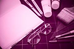 Blocco note con gli oggetti stazionari per materiale illustrativo Fotografia Stock