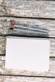 Blocco note con il mocap delle matite Posto per testo immagini stock