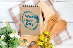 Blocco note con il testo di giornata mondiale del diabete sul tagliere con Fotografia Stock Libera da Diritti