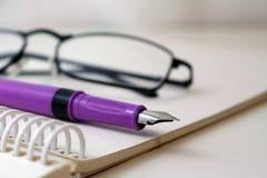 Blocco note con la penna Aspetti per registrare fotografia stock libera da diritti
