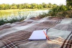 Blocco note, blocco note con la penna e matita, registrare in un parco vicino ai fiumi ed ai laghi, alla spiaggia, caduta di esta fotografie stock libere da diritti