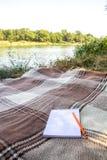 Blocco note, blocco note con la penna e matita, registrare in un parco vicino ai fiumi ed ai laghi, alla spiaggia, caduta di esta immagini stock