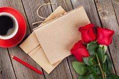 Blocco note della lettera di amore, rose rosse e tazza di caffè Immagini Stock Libere da Diritti