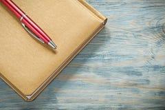 Blocco note della penna del biro sul concetto orizzontale dell'ufficio di immagine del bordo di legno Fotografia Stock Libera da Diritti