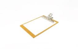 Blocco note di carta sul piatto di legno su fondo bianco Fotografia Stock