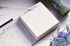 Blocco note di carta sulla Tabella di legno Fotografia Stock Libera da Diritti