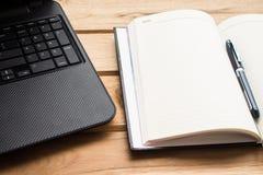 Blocco note e computer portatile Fotografia Stock