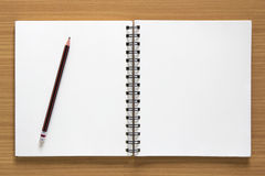 Blocco note e matita a spirale in bianco Immagini Stock Libere da Diritti