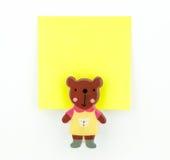 Blocco note giallo con la clip dell'orso Fotografia Stock