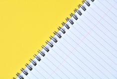 Blocco note giallo diagonale Fotografia Stock Libera da Diritti
