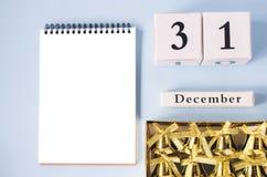 Blocco note isolato con le campane e calendario un 31 dicembre fotografie stock