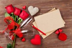 Blocco note, rose rosse e cuori della lettera di amore Immagine Stock